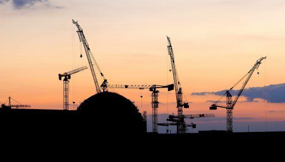 ¿Cuánto tiempo puede llevar el licenciamiento y burocracia para la construcción de una nueva central nuclear?