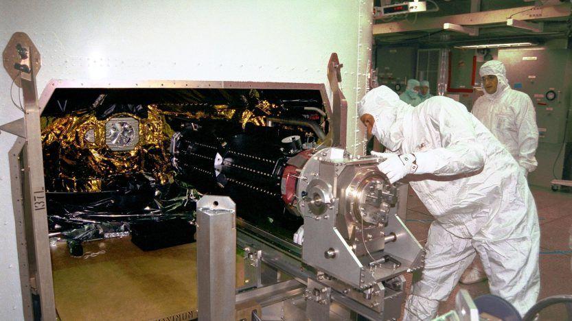 Trabajadores instalando un RTG en la nave espacial Cassini (Foto: NASA)